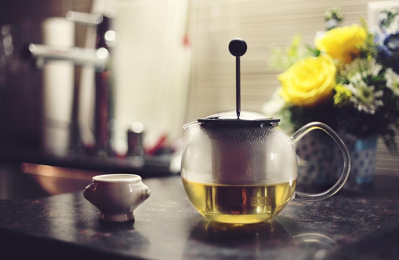 Aromatyczna zielona herbata trzymana w puszce na herbatę